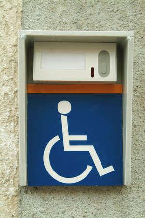 handicap people: El timbre de minusval�a o de personas en silla de ruedas.