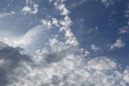 Cielo oscuro. Nubes grises. El cielo de la noche.