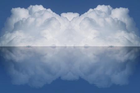 nube de gran volumen y su reflexi�n sobre el agua