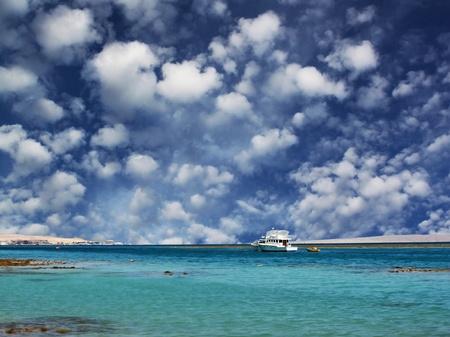 Costa del mar Rojo: mar y nubes mullidas