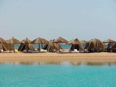 Paraguas en una playa de arena