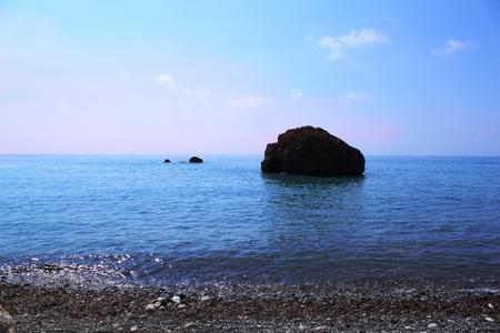 Paisaje de mar. Uno de la isla en Petra tou Romiou. Es el conocido lugar de nacimiento de la diosa Afrodita en Pathos, Chipre