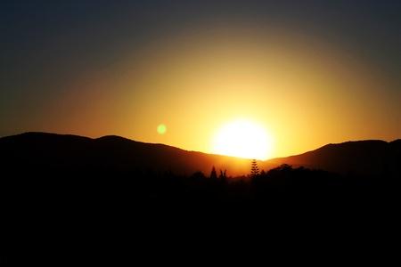 sol naciente: Salida del sol. Un paisaje de monta�a. Chipre Foto de archivo
