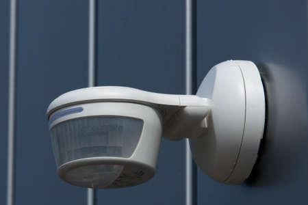 alarme securite: Passve d�tecteur infrarouge mont� sur une paroi Banque d'images