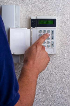touchpanel te activeren van het alarm wordt geactiveerd door een persoon Stockfoto