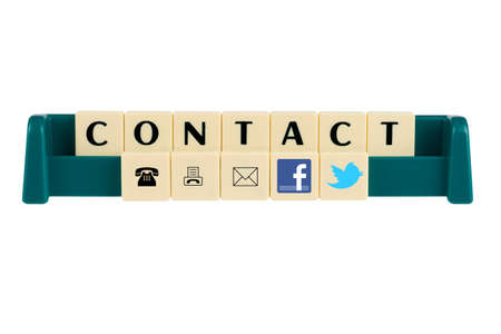 sociale media symbolen in scrabble letters om contact te Redactioneel