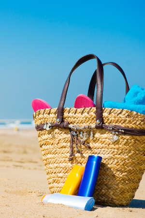 zonnescherm in een zak op het strand Stockfoto