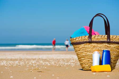 zonnescherm en een wazig senior man en vrouw op het strand
