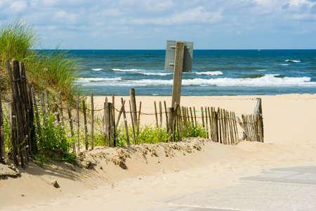 mare agitato: un percorso tra le dune che conducono alla spiaggia e al mare Archivio Fotografico