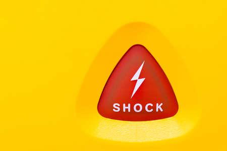 insuficiencia cardiaca: Del bot�n en un AED para aplicar una descarga electro a una persona con una insuficiencia cardiaca