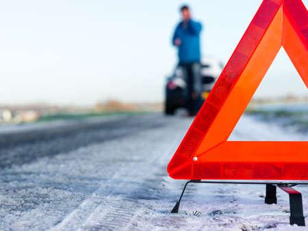 acidente: Um carro com um colapso ao lado da estrada