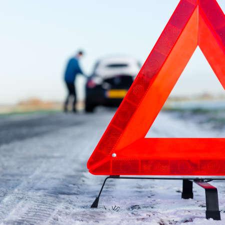 Een auto met een defect langs de weg
