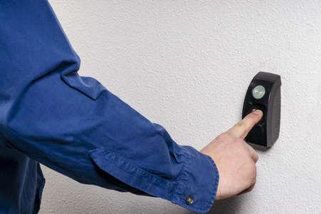 Biometrische scan van een vinger om toegang te krijgen naar een kamer