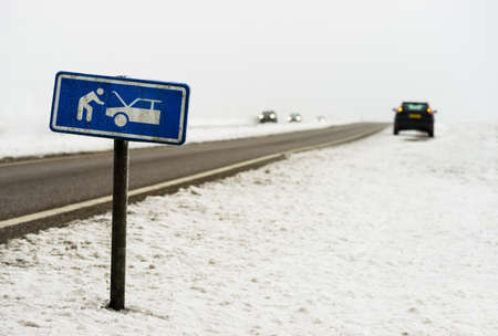 Een auto met een defect langs de wegen in de winter Stockfoto