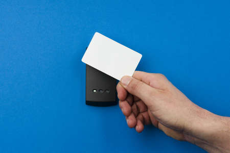electronic key system to lock and unlock doors