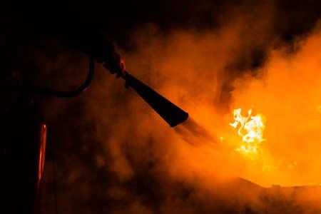 Brandbestrijding met een brandblusser en veel rook