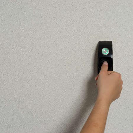 Biometrische scan van een vinger om toegang te krijgen tot een kamer