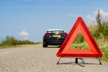 Auto met problemen en een rode driehoek op de andere weggebruikers te waarschuwen Stockfoto