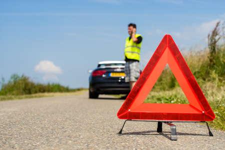 問題と他の道路使用者に警告する赤色の三角形が付いている車 写真素材