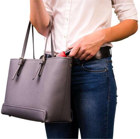 delito: Mujer joven está robando mercancía en una tienda Foto de archivo