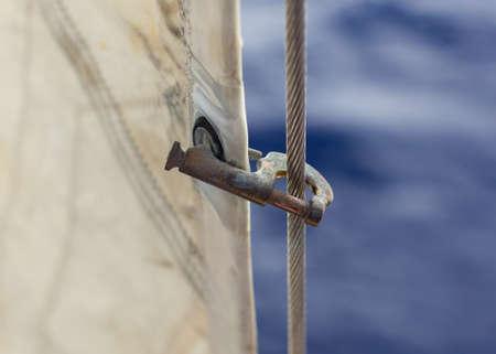 ジブのハンク (スタッグズ) には forestay、heavely が使用されています。帆船にジブを持っています。ぼやけた青い背景