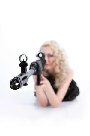 militaire sexy: Jeune femme blonde habillée dans le style militaire avec arme Banque d'images