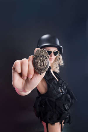 militaire sexy: Jeune femme blonde habill�e dans le style militaire avec arme Banque d'images