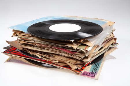 Lot de vieux disques vinyle sur fond isolé