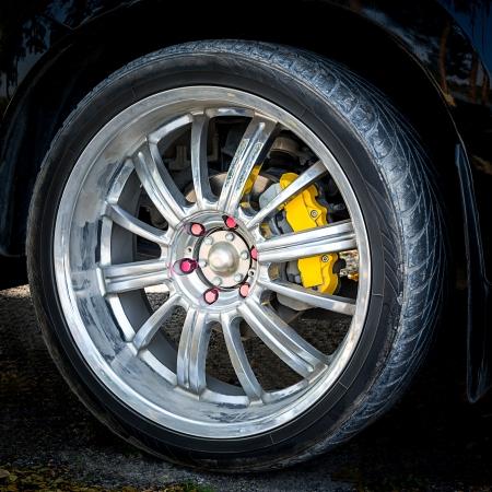 黒の車の車のホイールのクローズ アップ 写真素材 - 25242160