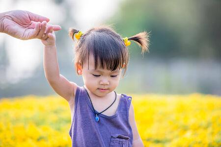 정원에서 귀여운 아시아 소녀