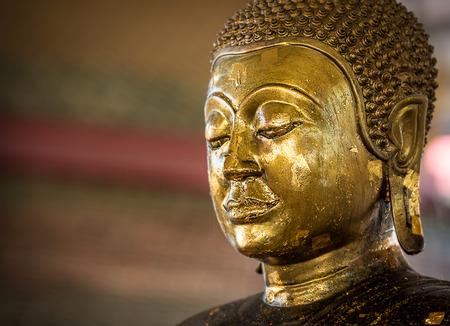 goldfolie: Nahaufnahme des antiken Buddha Bronzestatue mit Goldfolie Lizenzfreie Bilder