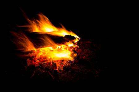 resplandor: Blaze de contraer hoguera en fondo negro