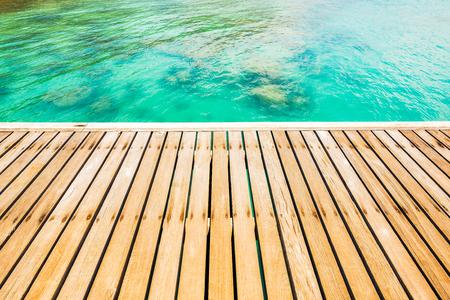 hoer: Houten loopbrug brug bij mooie zee kust