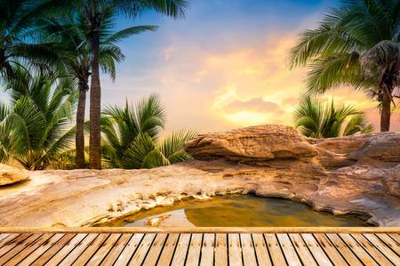 Open-Air-heiße Heilquelle auf natürlichen Hintergrund in Sonnenuntergang Zeit