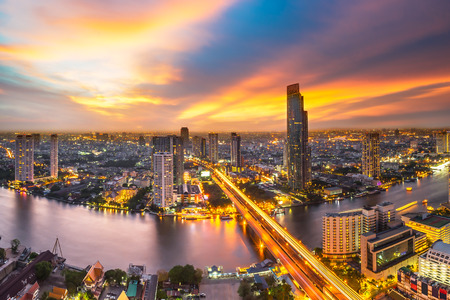 Wolkenkrabber op nachtscène stadslandschap 'Chaopraya rivier in Bangkok metropool Thailand