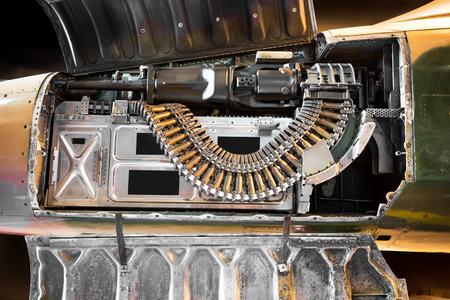avion chasse: arme arme automatique à l'intérieur de l'ancienne avion de chasse