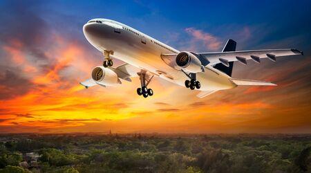 아름 다운 일몰 배경에 농촌 현장 비행하는 비행기에 대 한 비행기 스톡 콘텐츠