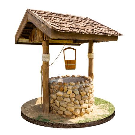 Oude artesische put en houten dak met hangende houten die emmer op witte achtergrond wordt geïsoleerd