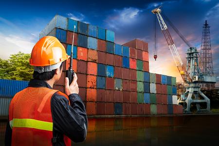 Ingenieursmens toewijzen van draagbare radio op zakelijke logistieke site