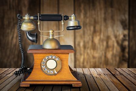 木製のテーブルや木製の壁にビンテージの電話 写真素材 - 84877934