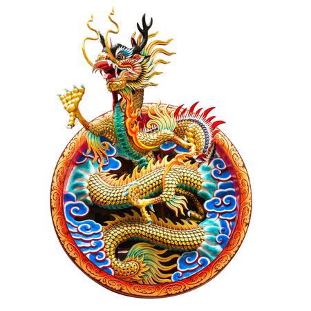 Chinese gouden draak voor decoratie in de tempel die op witte achtergrond wordt geïsoleerd