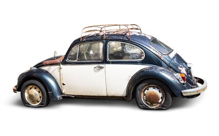 Vecchia automobile arrugginita isolata su fondo bianco con Archivio Fotografico