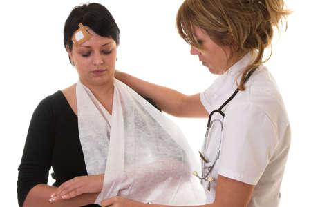 Enfermera poner un cabestrillo en su brazo pacientes que se rompe  Foto de archivo - 944573