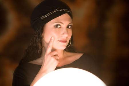 gitana: Hermosa ni�a de etnia gitana con su bola de cristal buscando dudosas  Foto de archivo