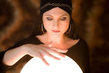 gitana: Mujer gitana hermosa con su aboe de la mano su bola cristalina