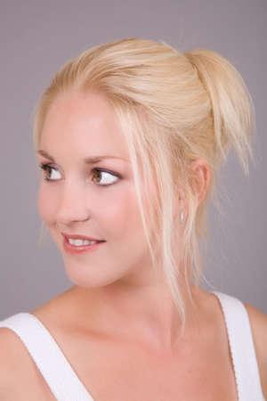 Mujer joven hermosa con la piel fresca y el pelo rubio Foto de archivo - 1312448
