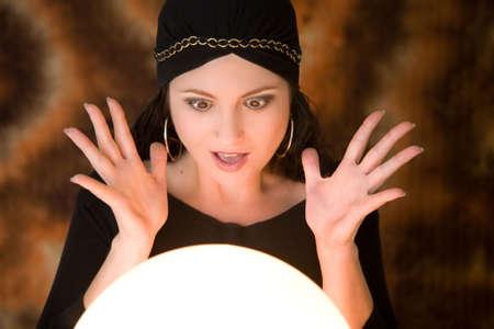 gitana: Fortune escrutador buscando muy sorprendido por lo que ella ve en su bola de cristal