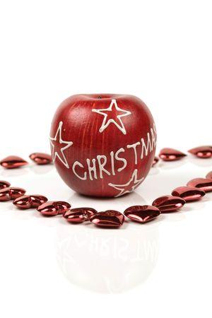 christmas apple: Decorato natale mela rossa circondata da piccoli cuori rossi con la riflessione