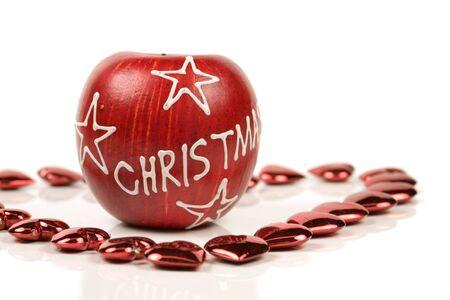 christmas apple: Natale mela circondato da piccolo cuore rosso su sfondo bianco  Archivio Fotografico