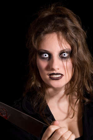 insanity: Mujer que sostiene un cuchillo y que parece totalmente insana